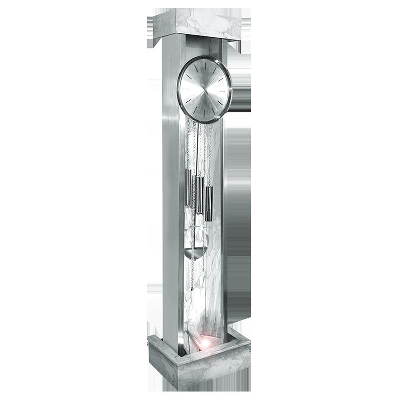 Orologio a pendolo contemporaneo in marmo ed acciaio. Il fondatore Antonio  Altobel ha deciso di uscire dagli schemi classici; il figlio David ha  scelto un